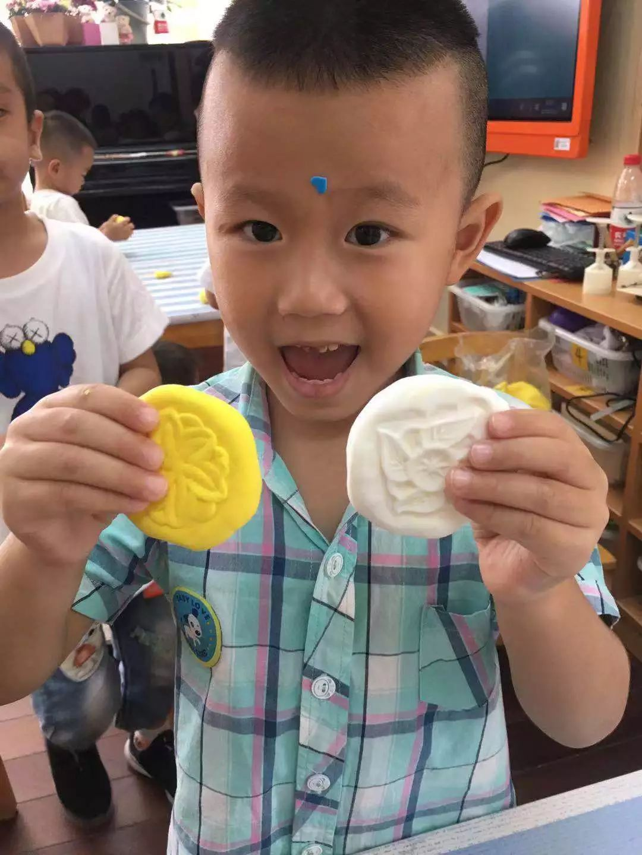 """中班   中班年龄段以""""月明明,饼圆圆""""为主题,在进行集体谈话后,老师引导孩子们尝试用线条、图案绘画月饼,孩子们在再现生活经验的同时,也对中秋节这一传统佳节有了更直观的了解.图片"""