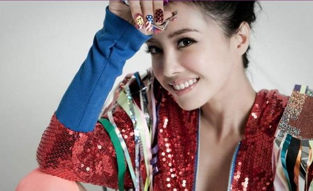 蔡依林堪称节省典范,新发巡演海报被粉丝调侃,竟是十八岁旧照