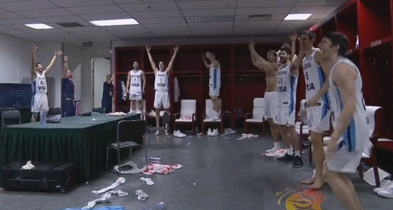 阿根廷男篮更衣室狂欢!全队高喊MVP,斯科拉累了,淡定瘫坐一旁