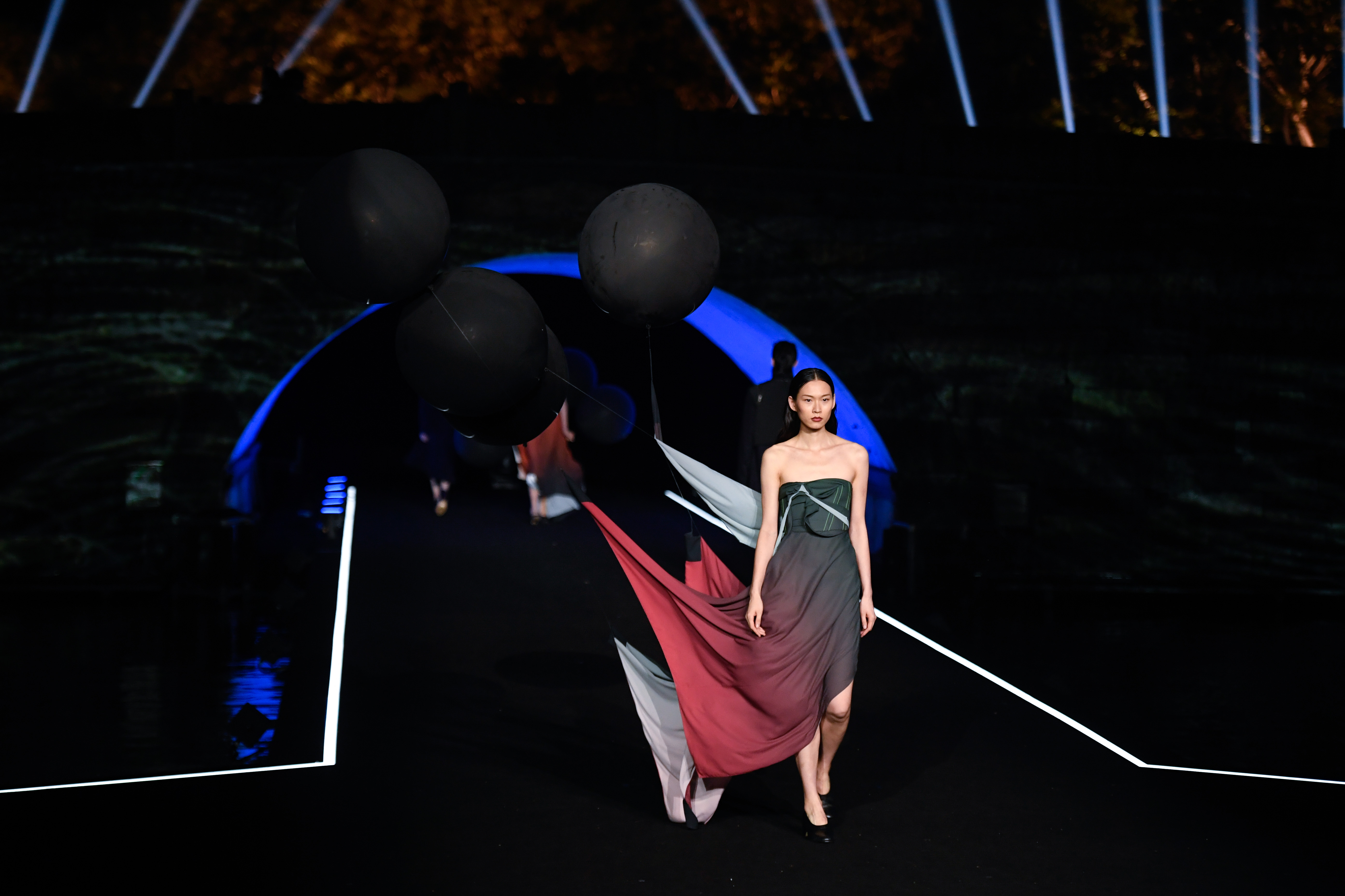 杭州:斷橋時裝秀 裝飾夜西湖