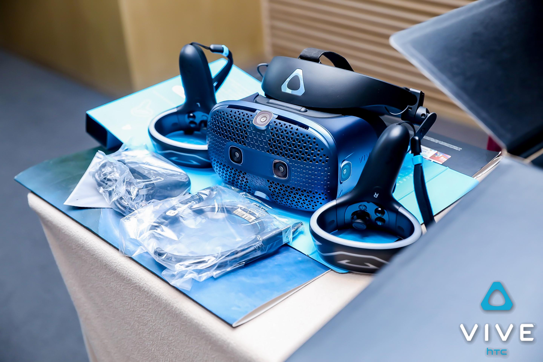 HTC 发布 可翻盖 VR 头显,而且还能 有线 变 无线