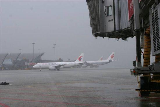 雷雨已致成都机场上百架航班延误取消