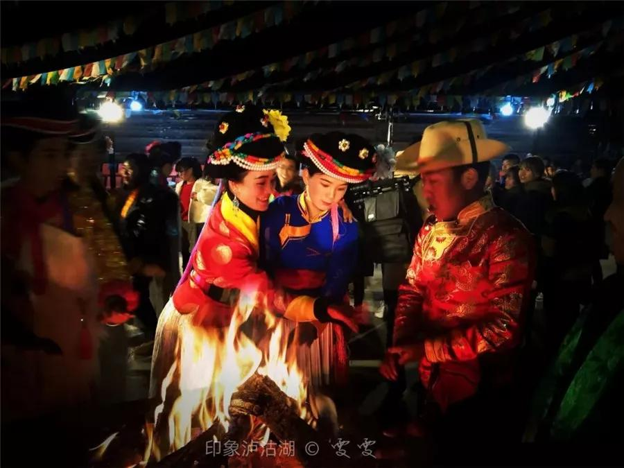 你可以参与到当地的篝火晚会中,这里保留了独特的走婚文化和母系氏族