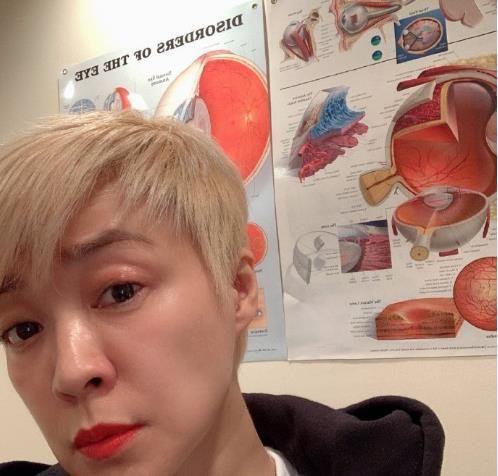 54岁陈慧娴晒自拍,瘦身后状态好,不打针的脸漂亮!