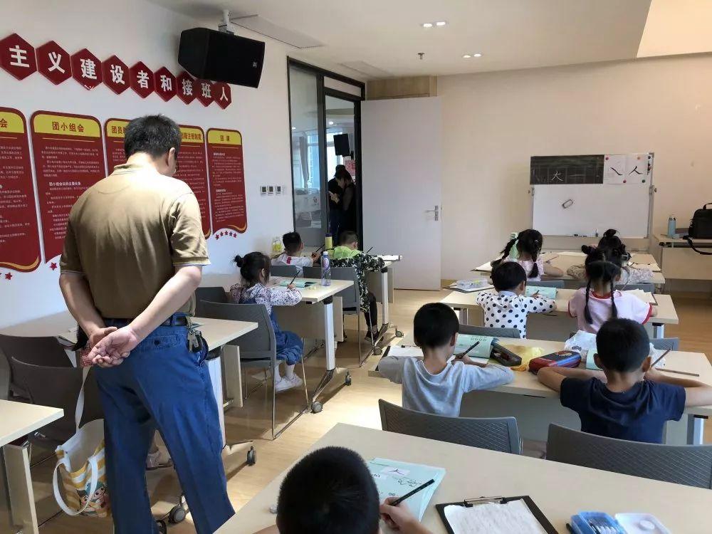 课程内容   课程讲授基本笔划的写法,通过课堂讲解、练习,能准确掌握八个基本笔划的写法,以及坐姿、握笔姿势和笔划笔顺和笔锋.