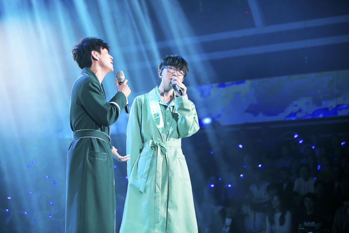快活家族开启音乐节,何炅毛不容易合体,两人绿色寝衣抢镜
