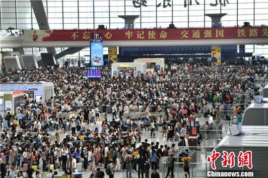 杭州東站迎中秋客流高峰 單日發送旅客30萬人次