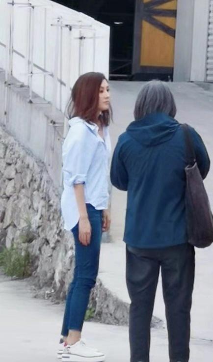 49岁阔太李嘉欣现身疑似复出?穿白衣牛仔裤像大学生侧颜惊为天人