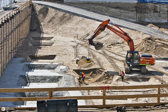 土方开挖施工技术措施   1k生化废水处理站基坑土方开挖采用机械分层分段开挖,采用边开挖边支撑,分段距离不大于8米,分层主要分为三层开挖:   而较深的基坑施工往往是众多施工企业比较头疼的一个问题,这里给大家提供一些较深基坑施工方案,希望能给大家提供帮助!图片