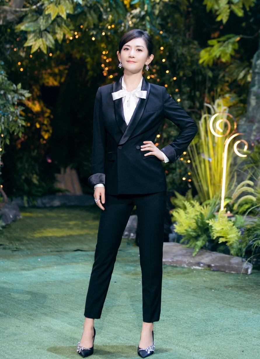 38岁谢娜不再装嫩,穿西装扎马尾成熟稳重,这才是当妈该有的样子