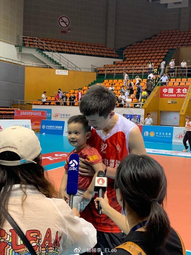 34岁排球名将率队夺得全国冠军后带着儿子出镜,有爱互动萌出天际