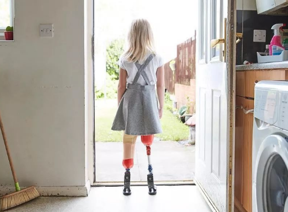 """9岁""""无腿女孩""""登纽约时装周 用笑容创造历史:不认命就是我的命"""
