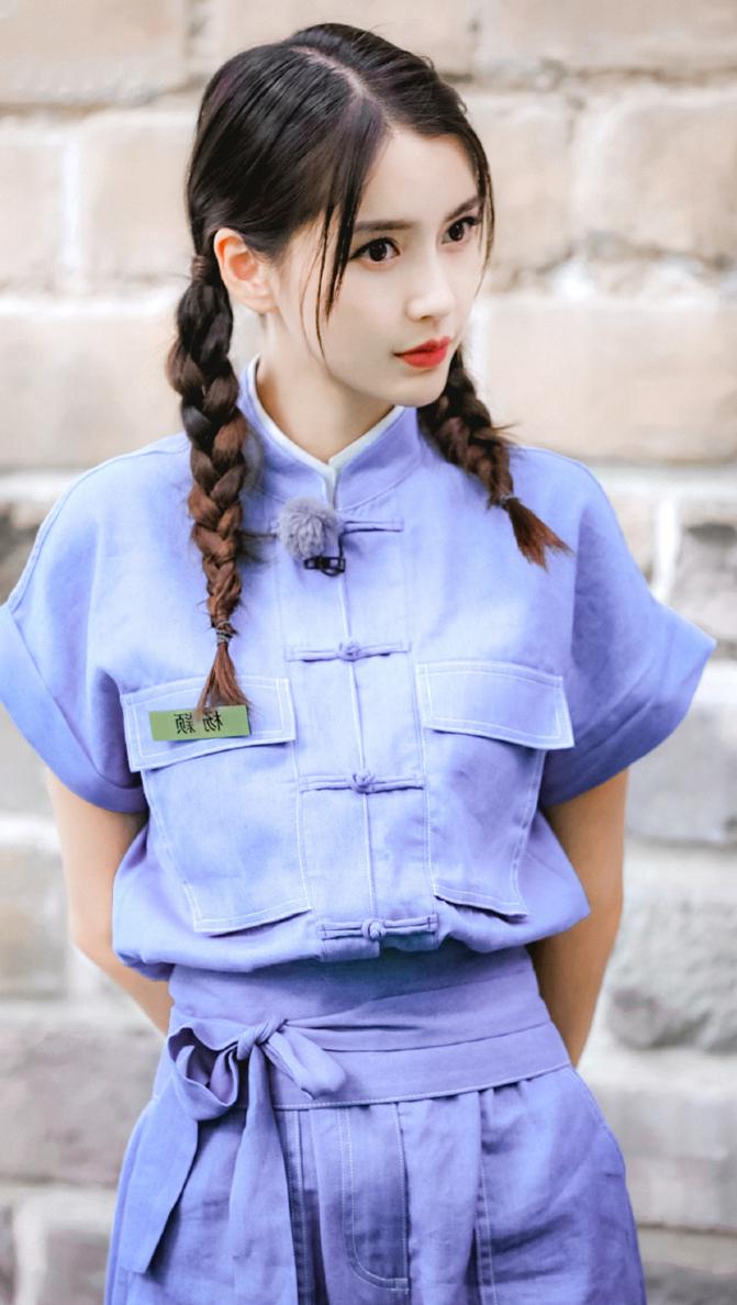 30岁baby一身清新蓝色工装服,俏皮活泼似少女!