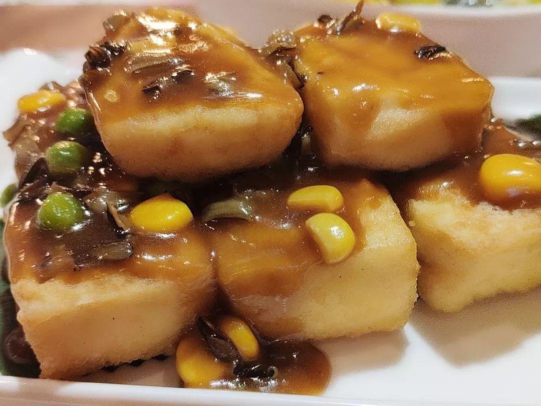 嫩屄高清_这道菜以鲈鱼为主料,用秘制泡菜将鱼的鲜味逼出.