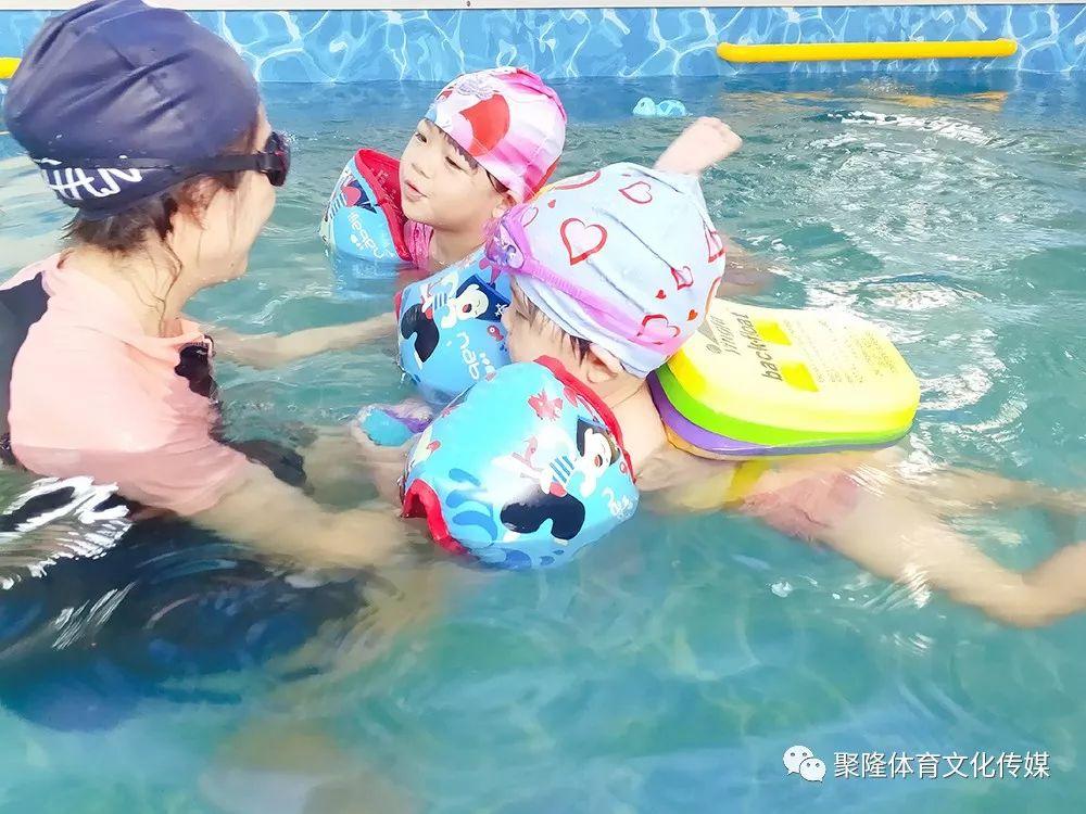 游泳逐漸進入體育中考必考項,你的孩子卻還沒學游泳?圖片