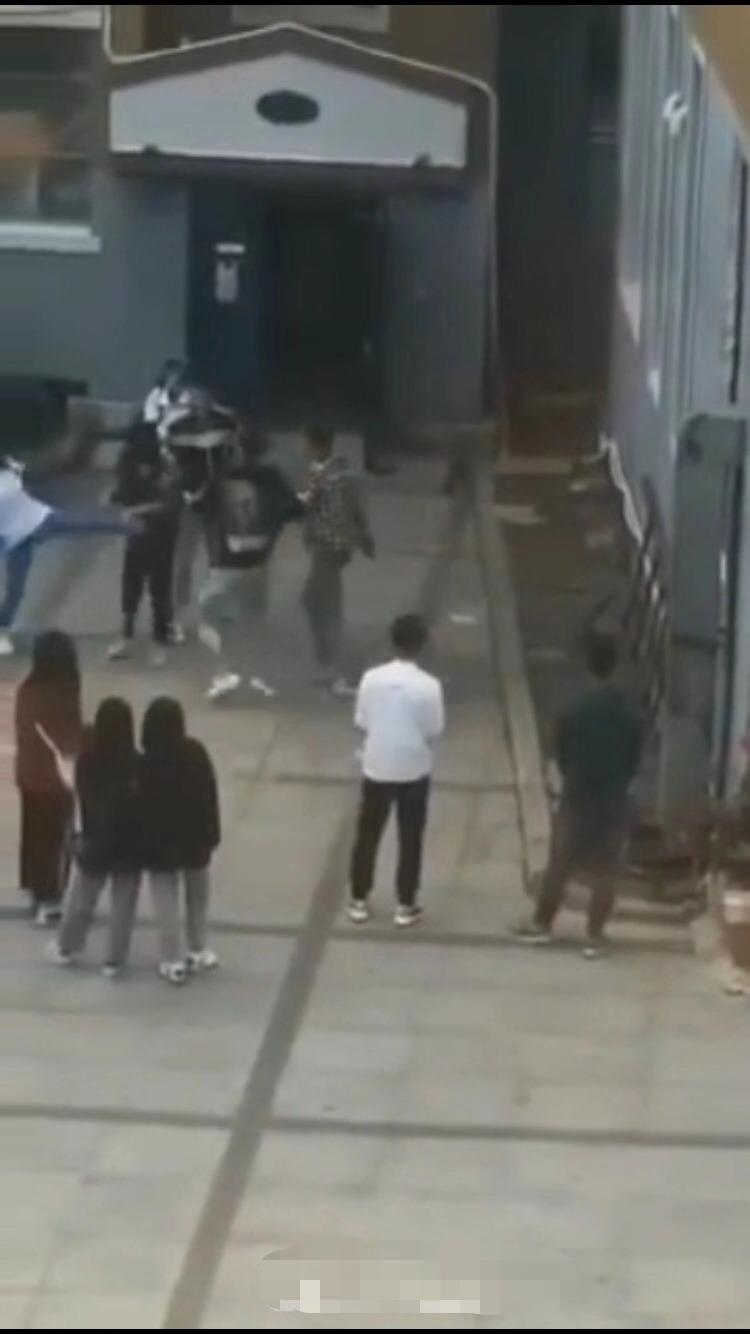 吉林敦化四学生木棒拳脚殴打一学生被拘!因微信聊天发生口角所致