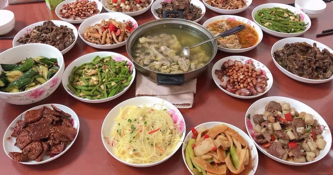 此外,中国各地传统特色食品的制作工艺极其复杂,但现代的上班族往往分身乏术没太多时间泡在厨房,一些传统美食于是逐渐失传。