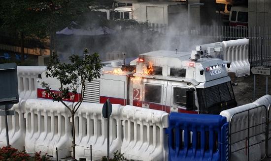 示威者再次举行非法游行香港特区政府总部遭投掷汽油弹