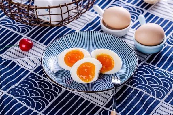 别再吃普通的水煮蛋了,这么做营养密度高3倍,煎一煎就