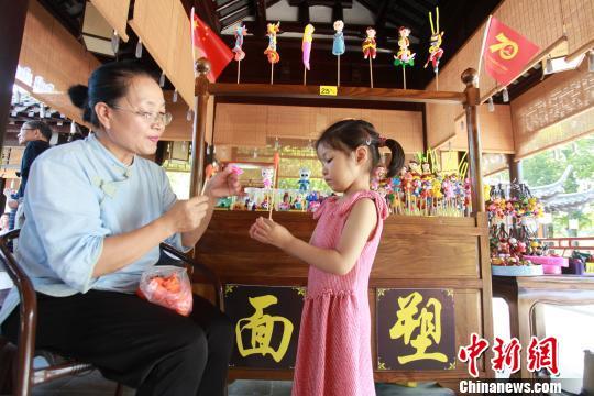 当日记者在雕版文化馆看到,扬州雕版大师侯桂林现场进行制板,备纸,备