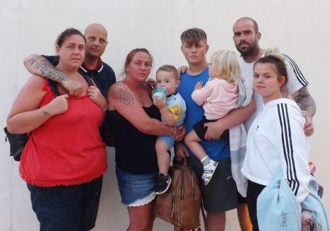 英国一家庭被困在阿利坎特洪水中12个小时后,军队才开始营救他们