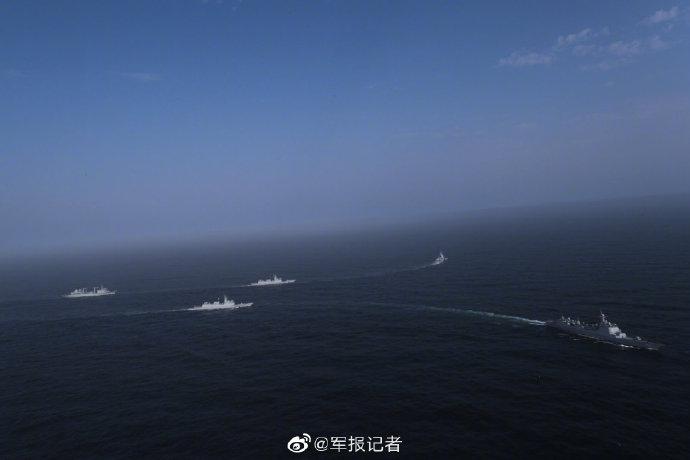 """海军护航编队护送香港""""绿宝石""""号商船前往亚丁湾海域"""