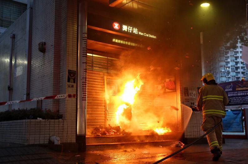 触目惊心!窗户被砸、出口被纵火…暴徒今日再次暴力打砸港铁站