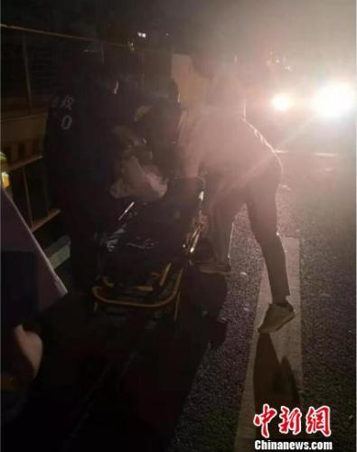 中秋聚餐路遇受伤者法院干警跪地托举40分钟