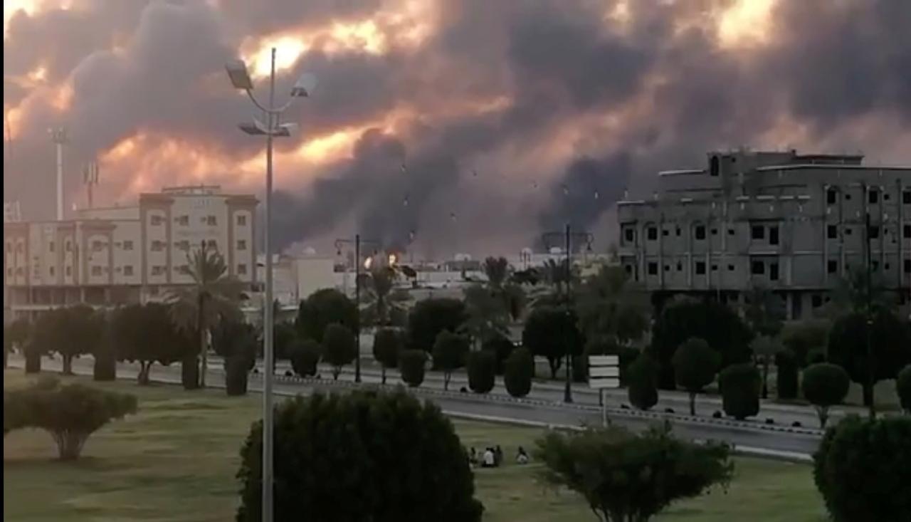 伊朗小弟再次发威,美盟友遭迎头痛击,战略设施遇袭火光冲天!