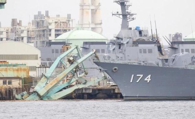 台风袭击海军港口,码头塔吊突然倒向174号舰,随后传出一声巨响