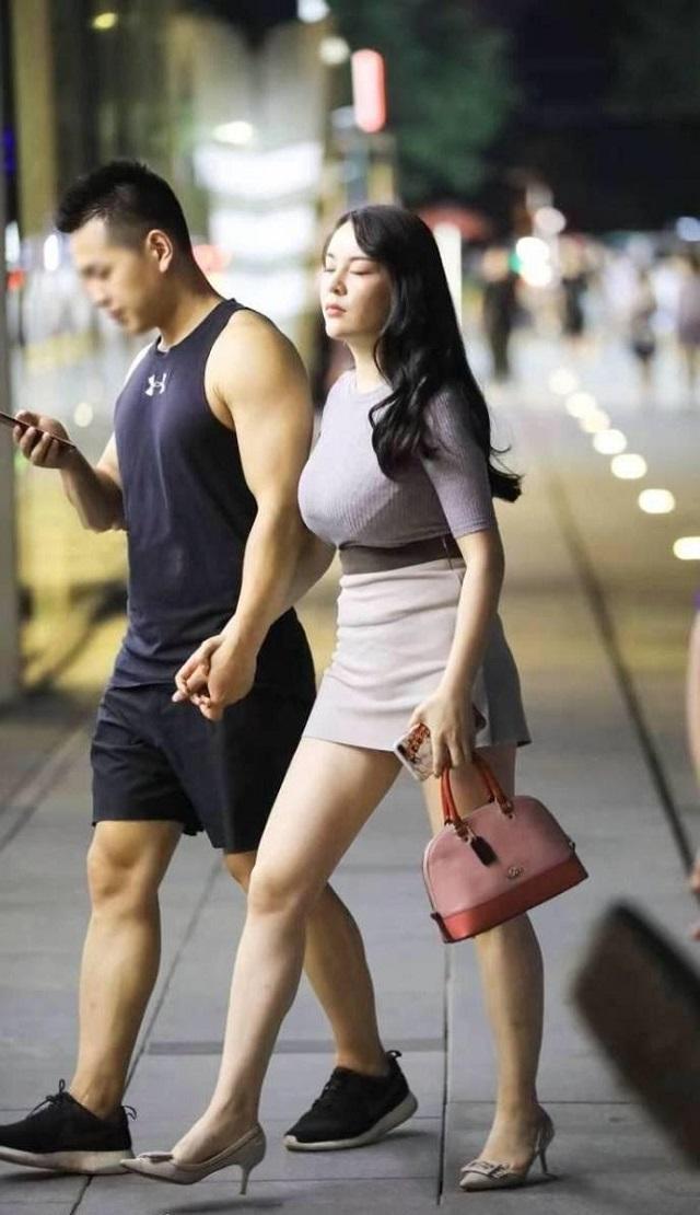 爆笑GIF图:大姐,你这样闭着眼睛走路,撞到人了可