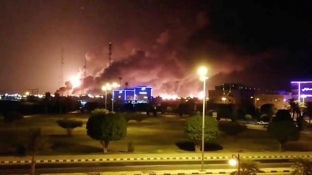 沙特石油重镇遇袭,太空都能看到滚滚浓烟,凶手或许比伊朗还可怕