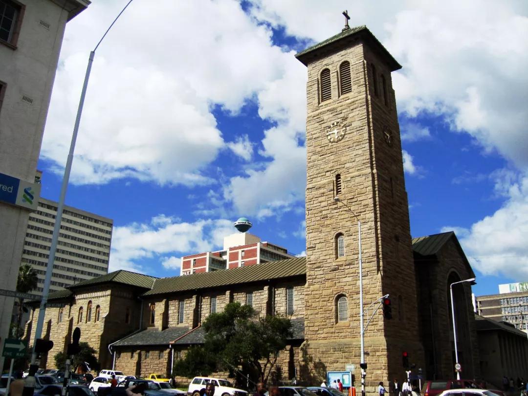 刚换新货币,津巴布韦物价又飙涨了,政府宣布加息到70%!