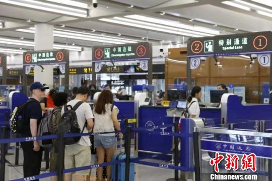 中秋假期众多香港客经港珠澳大桥回内地过节