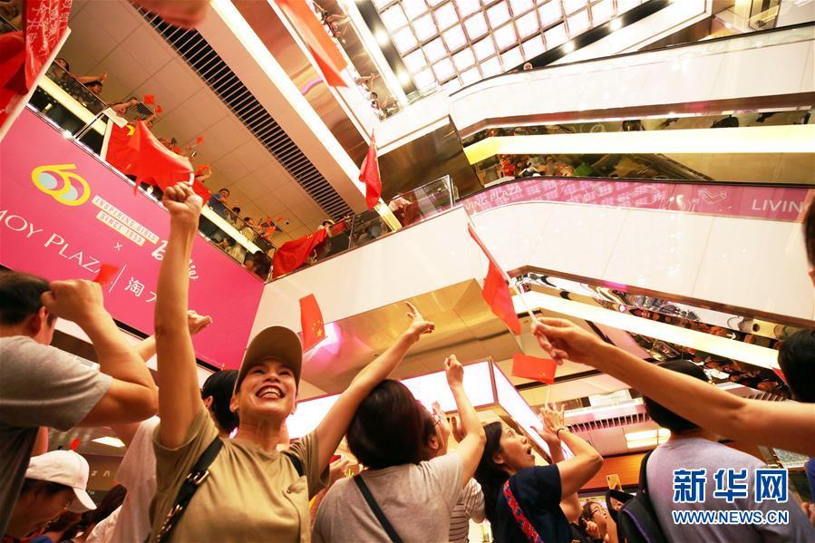 """香港市民合唱國歌聲援被襲教師 :""""你不是一個人在唱國歌"""""""