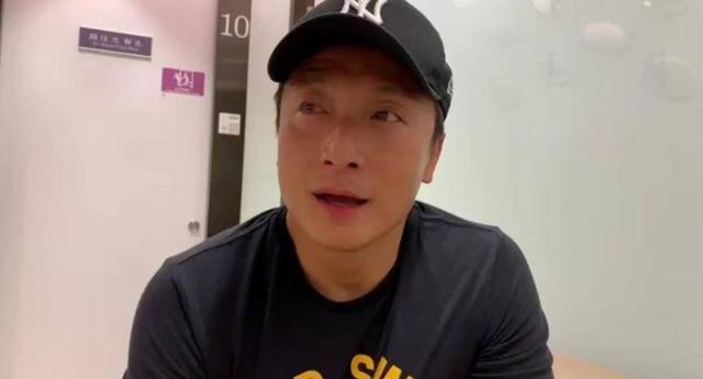 香港著名全能艺人参加游泳比赛眼部受伤 之