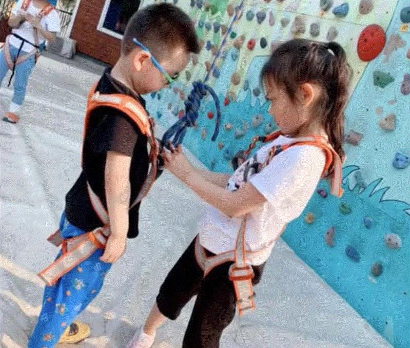 """6岁甜馨变身""""蜘蛛侠"""",扎高马尾俏皮可爱,李小璐全程""""观战"""""""