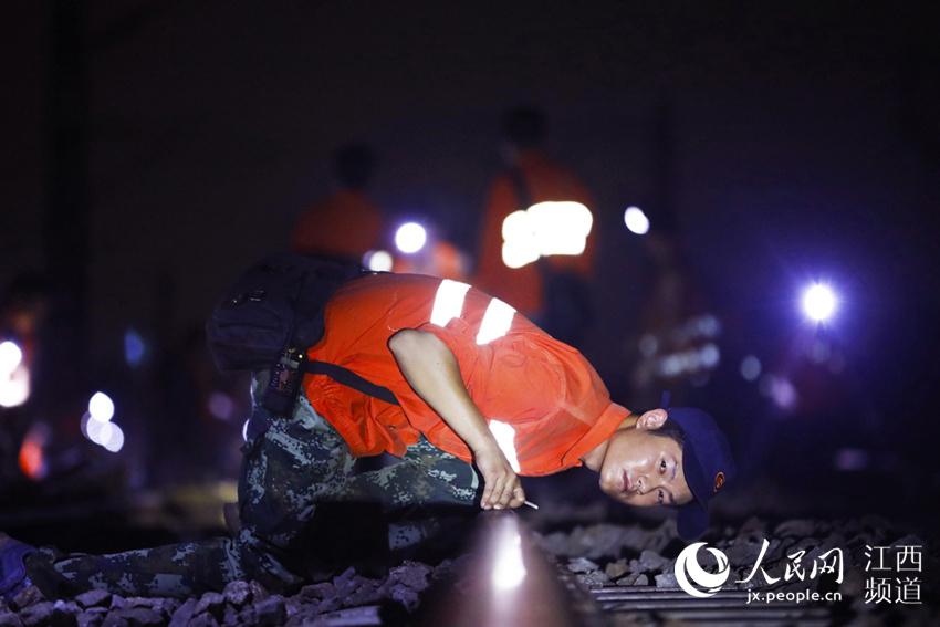 """高清图:百余名铁路工人""""夜战""""京九线180分钟更换225根轨枕"""