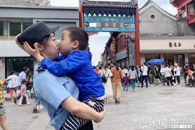 """原来你在这儿!逛街发现执勤的妈妈,5岁男孩忍不住上前""""慰吻"""""""