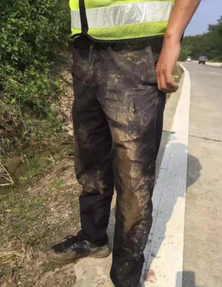 嚣张!九江一男子无证驾车强行冲卡,竟将民警拖行百余米