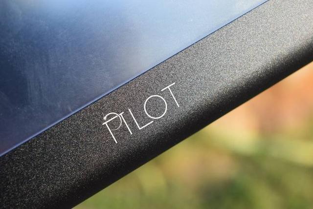 小尺寸和精致的设计,PILOT Baluda平视显示器开箱即用