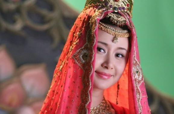 两版女儿国国王不合命:赵丽颖嫁给演唐僧的冯绍峰,她却未能续缘