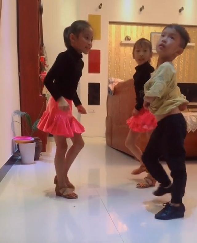 原创            姐姐报名舞蹈特长班,回家后教弟弟妹妹跳舞,网友:这买卖做得值