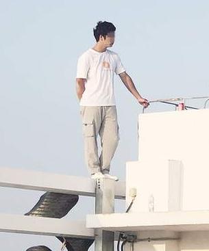 [海峡导报]厦门突发!年轻男子在26楼楼顶情绪激动欲跳楼!僵持5小时后...