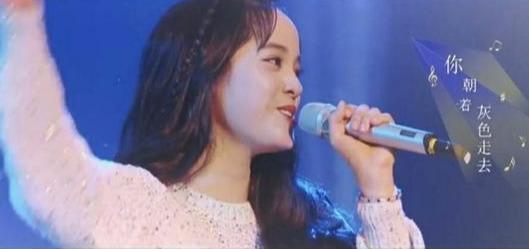 欧阳娜娜也遇到发际线难题?快本节目刘海被掀起莫名撞脸蕾哈娜插图(3)