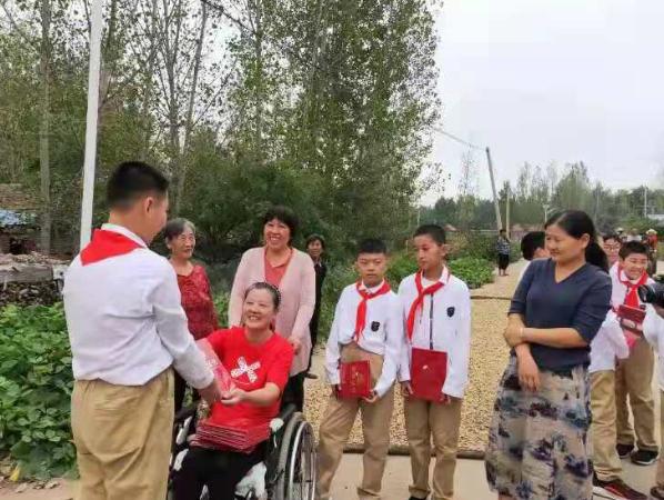 山东莒县连翠公益携手第一实验小学师生开展公益活动