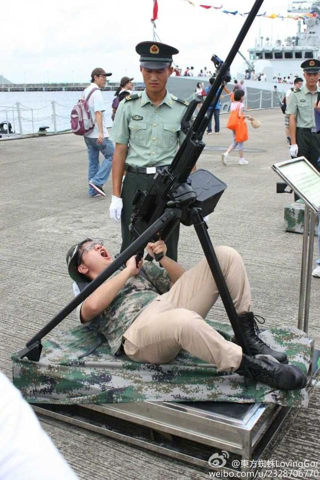 小胖子睡姿打机枪,边上兵哥已看傻,89重机就缺这种吨位的当射手