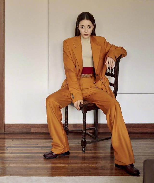 迪丽热巴穿花衬衫趴沙发上,凹出完美S型,配4万3的外套酷毙了插图(4)