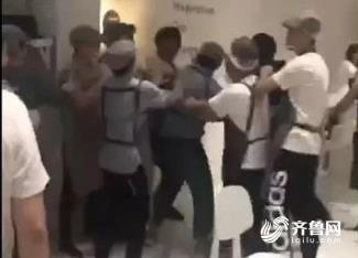 济南喜茶员工殴打外卖小哥,官方回应:涉事员工全辞退