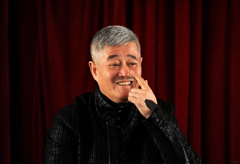 62岁赵本山真老了,与好友过中秋近照曝光,头发苍白没了精神气